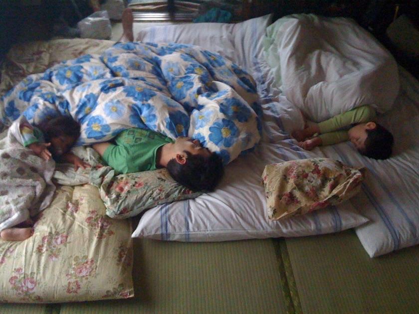Le lit familiale japonais sur futon
